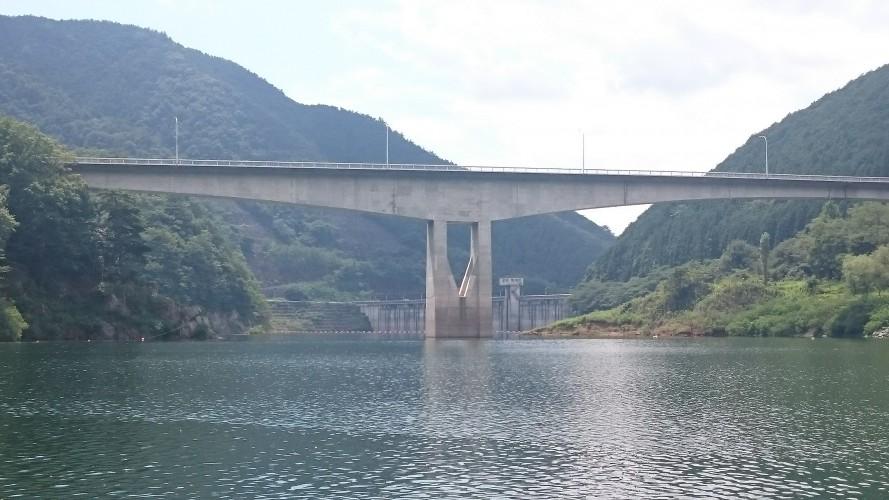 梅田湖から眺める梅田大橋