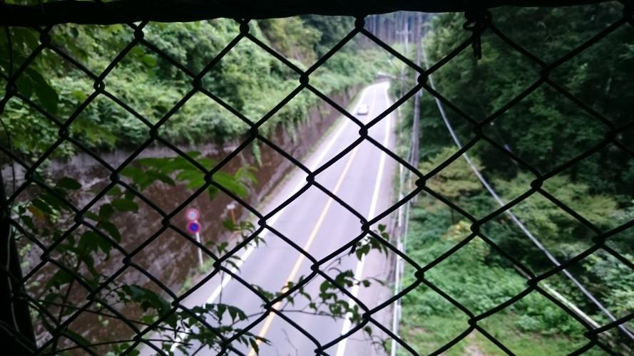 城下トンネル上部から国道122号