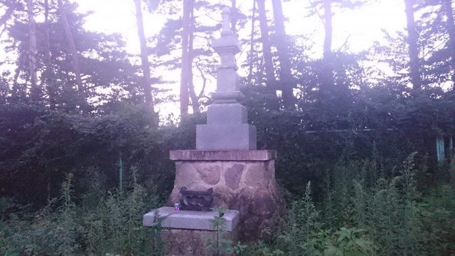 謎の慰霊塔